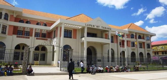 Hôtel de Ville – Antananarivo : cinq cavaliers dans la danse