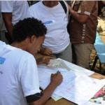 Un agent de la CENI enregistrant les électeurs