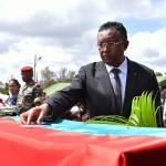 Le président Rajaonarimampianina décorant à titre posthume un soldat tombé à Ankazoabo
