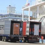 Des camions livrant les cartons de litchi pour être embarqués dans un bateau au port de Toamasina