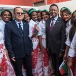 Francois Woo Shing Hai et Hery Rajaonarimampianina entourés d'ouvrières malgaches de CMT (Ph. PRM)