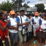 Des militantes du parti au pouvoir moblisées en marge de l'inauguration d'une bibliothèque scolaire à Antanimbarinandriana