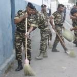 Des gendarmes nettoient les rues de la capitale à l'occasion de la journée de la gendarmerie nationale