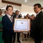 L'ambassadeur américain, Robert Yamate, et le ministre malgache des Affaires Etrangères, Henry Rabary-Njaka, lors de la cérémonie de décoration et d'adieu à Antananarivo.