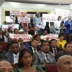 Les députés de l'opposition en colère
